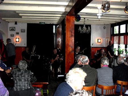 Als in een echt jazzcafé verzorgde de Chicago Jazzband op 7 november 2010 de muziek voor een overvolle Spoorzoeker.