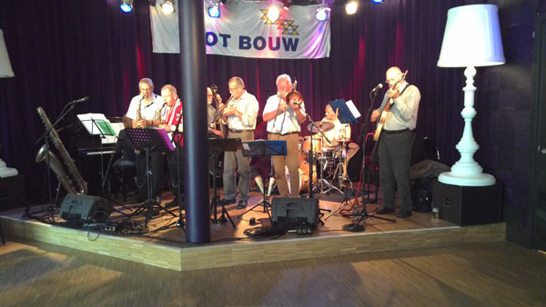 T-Race and the Old Dix opende het festival in het Cool Café . . .