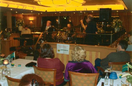 """""""Blue Voice"""" op 26 januari 2001 in actie in het restaurantgedeelte van De Zandhorst."""