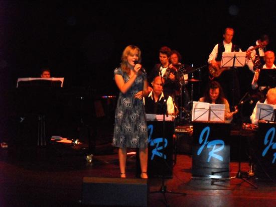 Zangeres Nienke Bijl in actie bij Jacky Roofer's Big Band