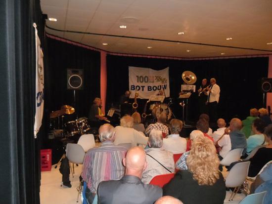 The Hot Jazz Ambassadors in actie . . .