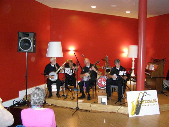 """De Chicago Jazzband tijdens de jazzmiddag van 17 oktober 2008. Zij doen op de foto de """"act"""" met vier banjo's."""