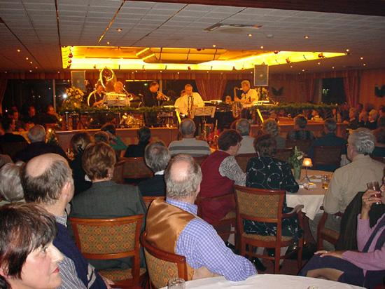 """Op 15 december 2000 speelde de small big band """"Hot Jazz Ambassadors"""" op de verhoging in het middengedeelte van het restaurant van De Zandhorst. Een mooiere bühne is er niet!"""