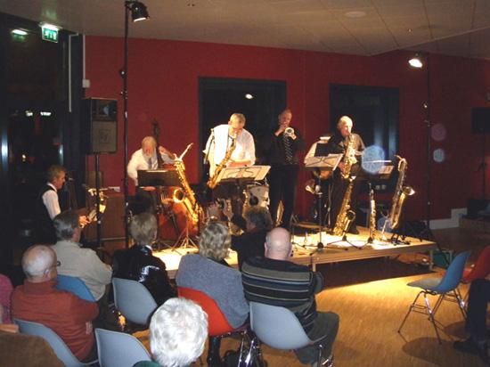 """De """"Hot Jazz Ambassadors"""" op 30 januari 2009 in actie in het Cool Café. De bezetting was aanzienlijk kleiner dan tijdens het optreden in 2000."""