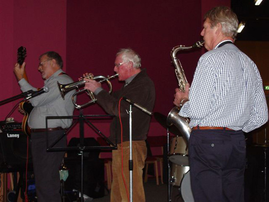 """Trompettist Kees Wit jamde mee op 10 december 2006 in de Foyer van de """"tijdelijke"""" Schakel."""