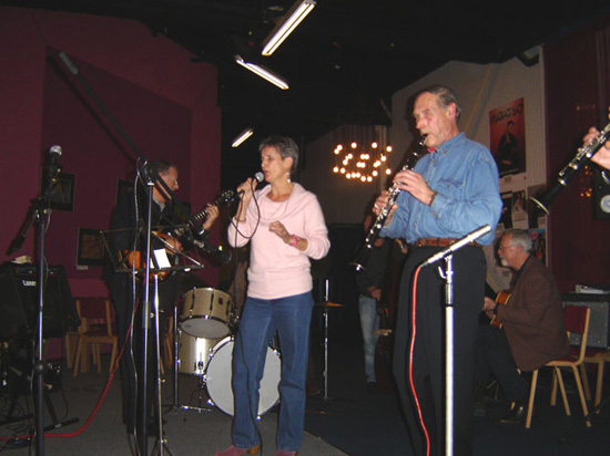 Zangeres Elly Molenaar en klarinettist Joop Klaassen in actie tijdens de jammiddag van 11 december 2005.