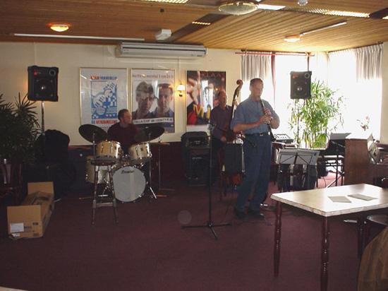 """13 April 2003: jammen in het Theatercafé van de """"oude"""" Schakel. Op klarinet soleert Joop Klaassen."""
