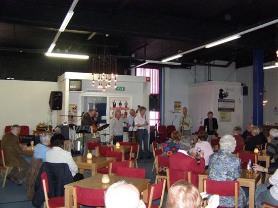 Jammen op 13 april 2008. Uiterst links werkt jamleider Ben van Venrooij aan de volgende set.