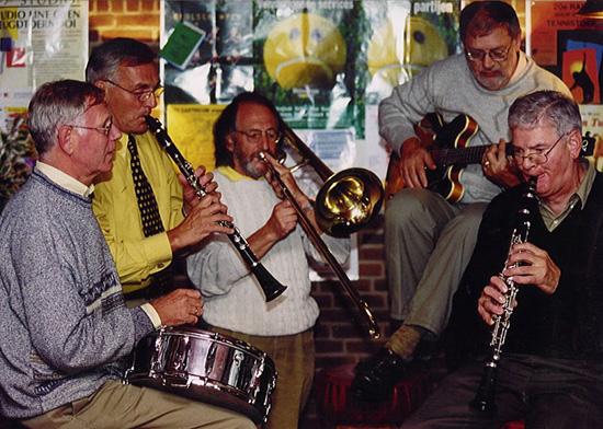 Het jazzclubbestuur bij oprichting van de Jazzclub in 1998 (allemaal destijds actief in de muziek)