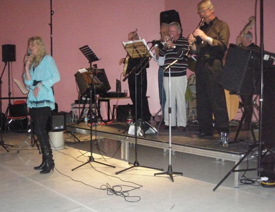 """De laatste clubavond in het bestaan van de Jazzclub (23 april 2010) speelde huisorkest """"Just Friends"""" met gasten, w.o. zangeres Ilonka van Veen."""