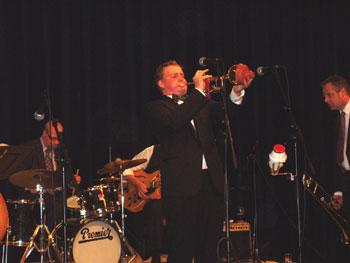 """Keesjan Hoogeboom solerend bij McDixie Swing Company in de Theaterzaal van de """"tijdelijke"""" Schakel (januari 2006)"""