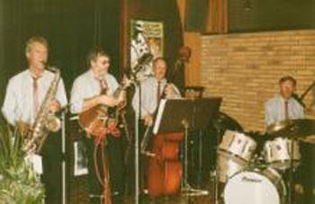 Bezetting van De Mixers in 1988. V.l.n.r. Ricus Koning (sax), Han Rademakers (gitaar), Klaas Rob (bas) en Bob Budde (drums) (januari 1988)