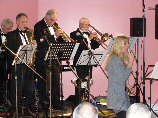 """""""So All The Matters"""" uit Den Oever in actie op 27 november 2009. Zangeres Ilonka van Veen heeft haar saxofoon even terzijde gelegd."""