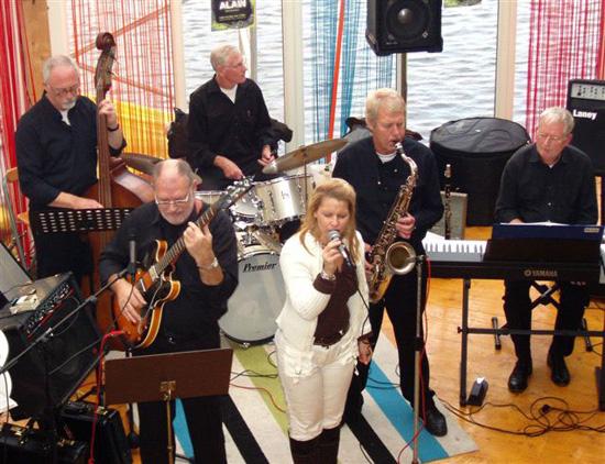 Op 3 december 2006 speelde Just Friends in 't Stadscafé. Op de foto Just Friends en zangeres Erna van Es.