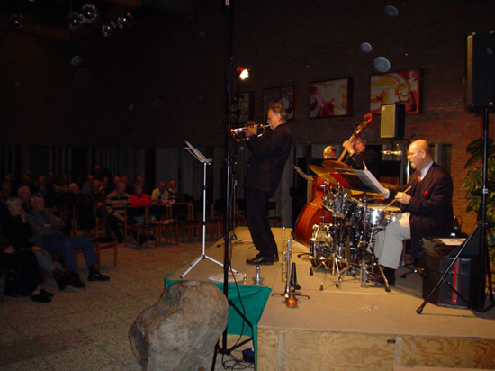 """Het """"Walter Mooij Jazz Trio"""", op 26 november 2004 aangevuld met de vlak daarna overleden Theo Meurs."""
