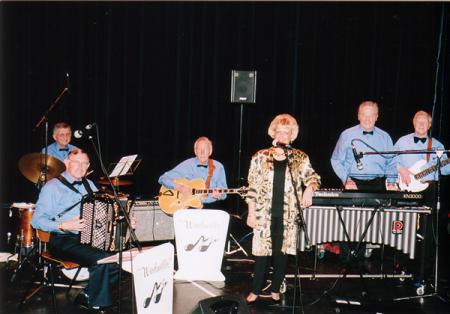 Windmill Quintet met o.a.Peter Schoute (accordeon), Klaas Hos (gitaar) en Leen Dijkkamp (vibrafoon/zang, helaas overleden) (januari 2002)